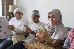Moslimvrienden die sociale media op telefoons gebruiken royalty-vrije stock fotografie