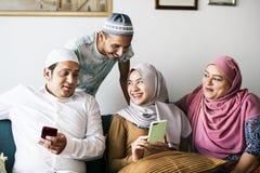 Moslimvrienden die sociale media op telefoons gebruiken royalty-vrije stock foto's