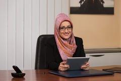 Moslimvrouw die aan Computer in Bureau werken royalty-vrije stock foto