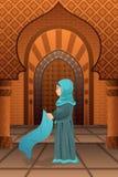 Moslimvrouw die in de moskee bidden Stock Afbeeldingen