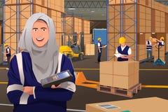 Moslimvrouw die in een Pakhuis werken Stock Foto's