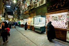 Moslimvrouw die een showcase van juwelen overwegen bij de behandelde bazaar Stock Foto's