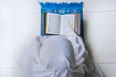 Moslimvrouw die Heilige Quran lezen Royalty-vrije Stock Fotografie
