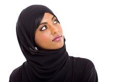 Moslimvrouw die omhoog kijken Stock Foto