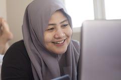 Moslimvrouw die Online Aankoop maken royalty-vrije stock afbeelding