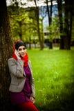 Moslimvrouw die op de telefoon spreken en technologie gebruiken De moslimvrouw gebruikt slimme telefoon Stock Afbeelding