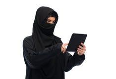 Moslimvrouw in hijab met de computer van tabletpc Royalty-vrije Stock Foto