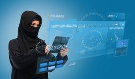Moslimvrouw in hijab met de computer van tabletpc Stock Afbeeldingen