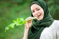 Moslimvrouw met Selderie stock fotografie