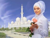 Moslimvrouw op moskeeachtergrond stock fotografie