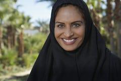 Moslimvrouw in Zwarte Headscarf Stock Foto's