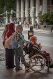 Moslimvrouwen bij de voetgangersoversteekplaats Stock Afbeelding