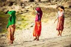 Moslimvrouwen bij het strand Stock Foto
