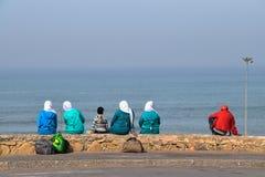 Moslimvrouwen met Hijab in het strand Royalty-vrije Stock Foto's