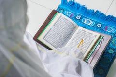 Moslimvrouwenlezing Quran met wijzerstok Royalty-vrije Stock Afbeelding