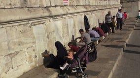 Moslimvrouwenwudu voor bidt voor de moskee stock videobeelden