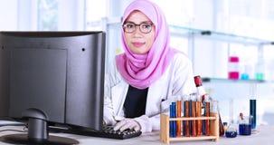 Moslimwetenschapper met computer en het glimlachen stock videobeelden