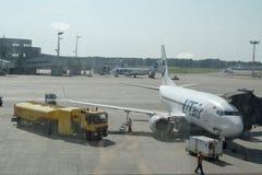 Mosow, Russie - juillet 2017 : aéroport Vnukovo, avion UTair, entretenu par des travailleurs avant le départ Photo libre de droits