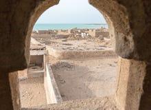 Mosquée abandonnée avec le minaret Village abandonné Une vue hors de la fenêtre du minaret vers la mer Al Jumail, Qatar photo stock