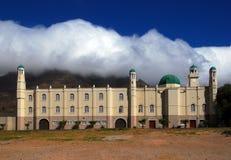 Mosquée avec la montagne de Tableau à l'arrière-plan Photos stock