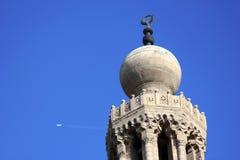 Mosquée avec le contrail de jet en Egypte photos libres de droits