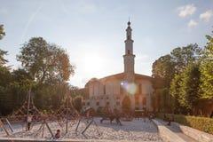 Mosquée avec un terrain de jeu à Bruxelles, Belgique Image libre de droits