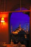 Mosquée bleue d'un hublot de restaurant Image libre de droits