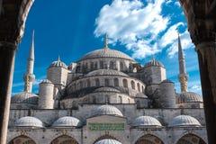 Mosquée bleue, Istanbul, Turquie avec le ciel ensoleillé ci-dessus Photo libre de droits