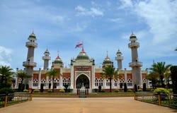 Mosquée centrale de Pattani avec les minarets et le drapeau thaïlandais Thaïlande d'étang Image stock