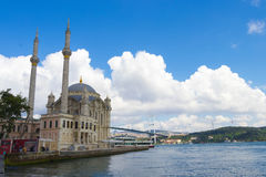 Mosquée d'Ortakoy et passerelle de Bosphorus Photo stock