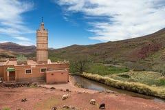 Mosquée dans la petite ville d'Inkkal dans le haut atlas du Maroc Photo libre de droits