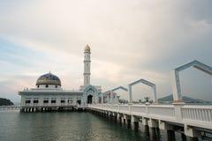 Mosquée de flottement célèbre MASJID AL BADR 1000 SELAWAT avec le ciel bleu comme fond photos stock