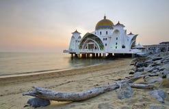 Mosquée de flottement majestueuse aux détroits du Malacca pendant le coucher du soleil Photo libre de droits
