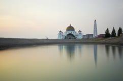 Mosquée de flottement majestueuse aux détroits du Malacca pendant le coucher du soleil Photos stock