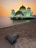 Mosquée de flottement majestueuse aux détroits du Malacca pendant le coucher du soleil Images libres de droits