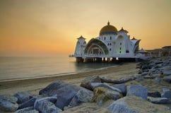Mosquée de flottement majestueuse aux détroits du Malacca pendant le coucher du soleil Image libre de droits