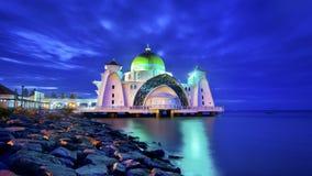 Mosquée de flottement majestueuse pendant le coucher du soleil Photo stock