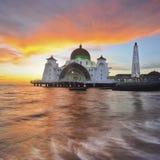 Mosquée de flottement majestueuse pendant le coucher du soleil Image stock
