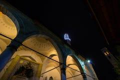 Mosquée de Gazi Husrev Begova à Sarajevo le soir La tour d'horloge de bazar de Sarajevo peut être vue à l'arrière-plan Photo stock