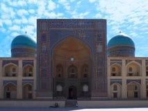 Mosquée de MIR-je-Arabe : porte et murs d'entrée dans les mosaïques cyan, de bleu et de turquoise image libre de droits