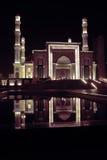 Mosquée de nuit avec la réflexion de l'eau photographie stock