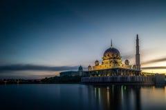 Mosquée de Putra pendant le lever de soleil à Putrajaya Photo stock
