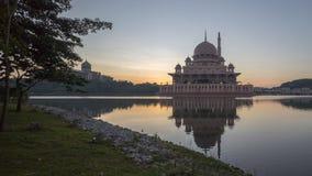 Mosquée de silhouette pendant le lever de soleil avec la réflexion photos libres de droits