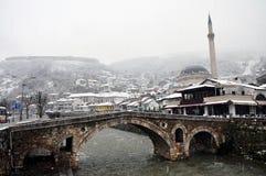 Mosquée de Sinan Pasha et un pont en pierre, Prizren Kosovo photo stock
