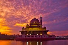 Mosquée et lever de soleil de Putra photos stock
