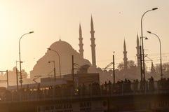Mosquée et pont bleus de Galata au coucher du soleil Image stock