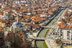 Mosquée et rivière dans Prizren Kosovo photo libre de droits