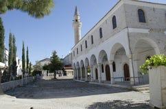 Mosquée historique d'Alacati, minaret et assez spacieux simples Image stock