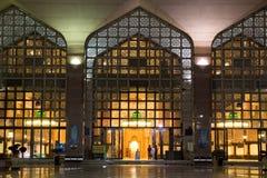 Mosquée la nuit avec la porte comme détail Photo stock