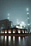Mosquée lumineuse dans le brouillard de nuit photographie stock